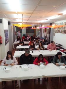 Público participante atento a las indicaciones de la profesora