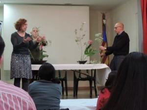 Los colaboradores realizaron ikebanas de muestra y guía para los participantes