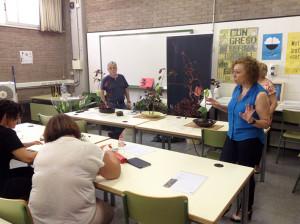 Los alumnos atentos a las explicaciones de la maestra de ikebana Julia Lorenzo